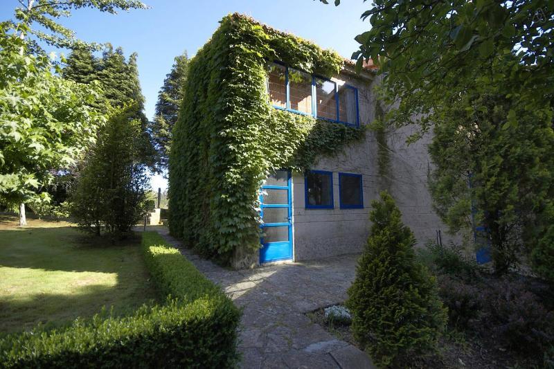 Casita con Jardin en Casa Grande de Cornide, holiday rental in Vedra