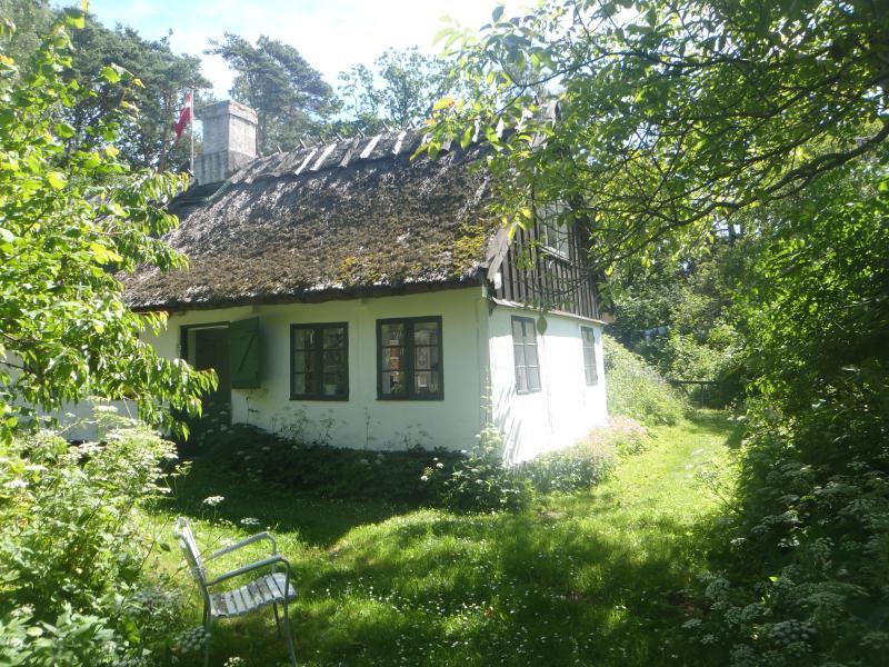 La casa, puerta principal, jardín delantero, sur / oeste