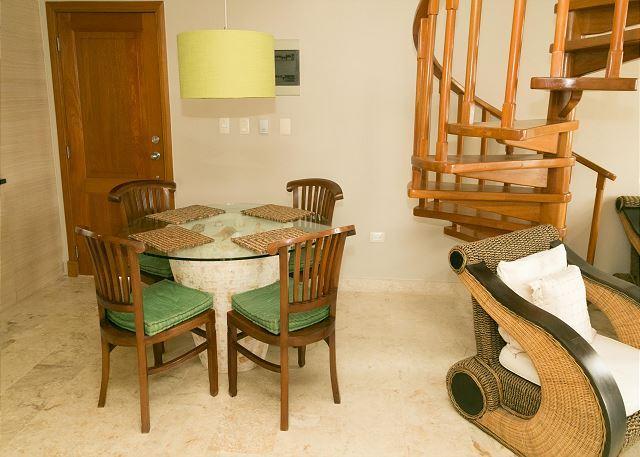 Mesa de comedor para 4 y 2 taburetes