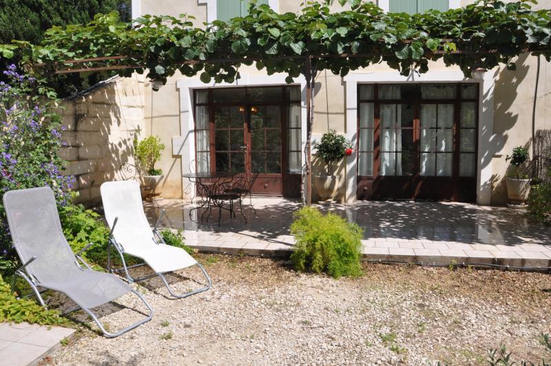 gîte du mas des oliviers près Avignon Arles Nîmes, vacation rental in Aramon