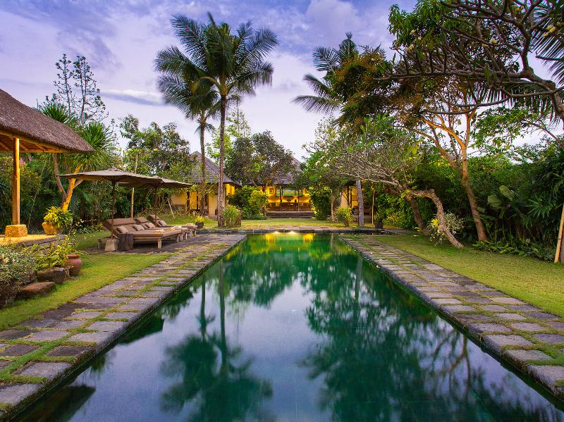 Villa Belong Dua - Pool at dusk