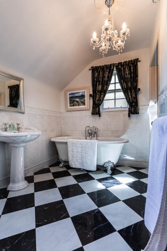 The bathroom adjoining the twin bedroom