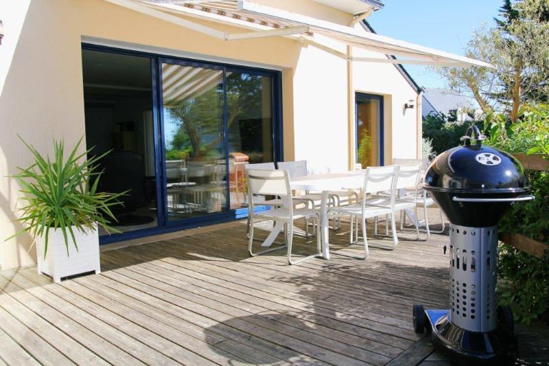 Muebles de jardín y barbacoa portátil. Adicional barbacoa incorporada en el jardín.