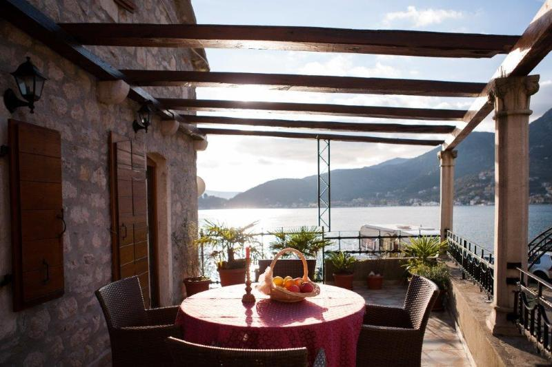 Villa Serventi, Luxury App with sea view balcony, vacation rental in Tivat Municipality