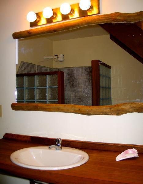 Cuarto de baño con ducha de agua caliente