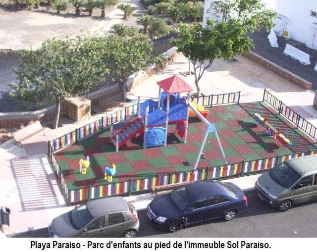 Parque infantil al pie del residencial.