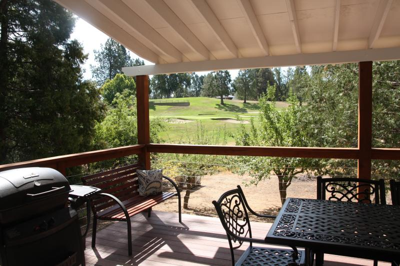 Nueva cubierta cubierto con barbacoa y campo de golf vistas al hoyo 11.