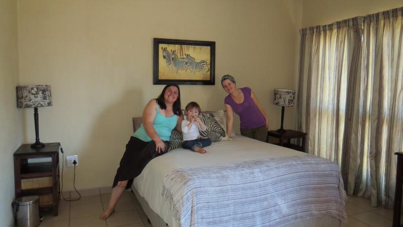 Sala de cebra con cama doble y cuarto de baño
