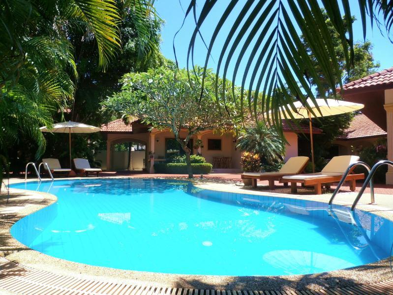 A beleza da piscina e jardins tropicais