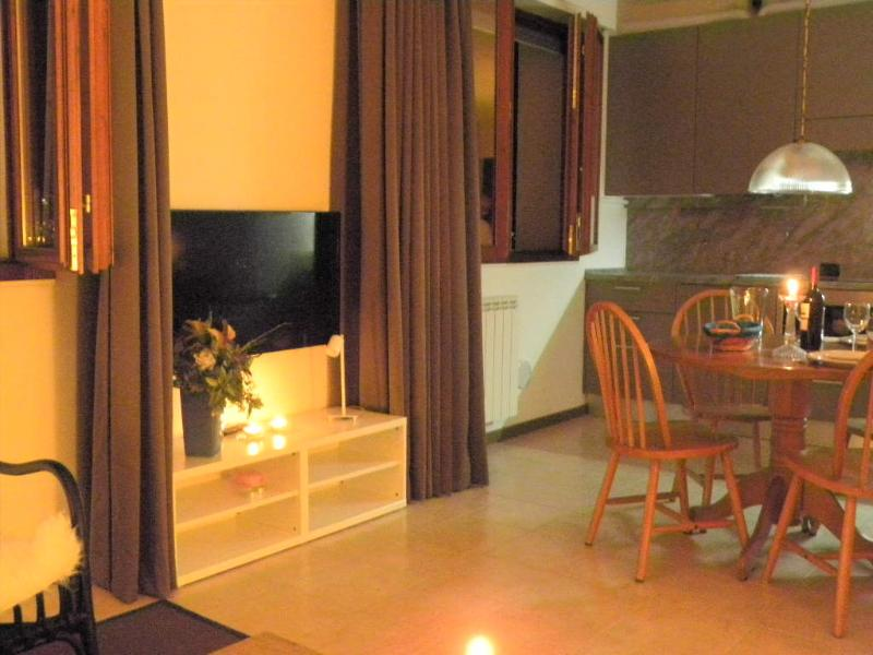 The studio is spacious, modernly decorated, with an open kitchen, a dining area and a sitting area.