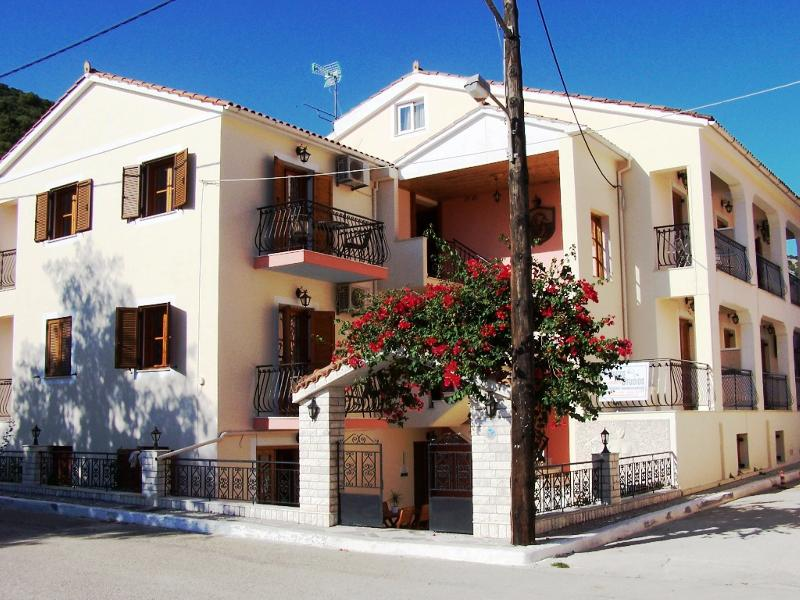 A room for 2, with kitchen full equiped close to Agia Efimia the beach ., aluguéis de temporada em Agia Efimia