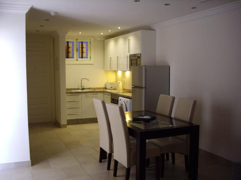 PS3 Open plan dining kitchen with all appliances