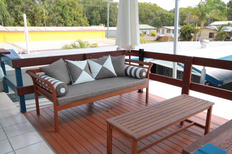 Terrasse privée avec barbecue et lit de jour.