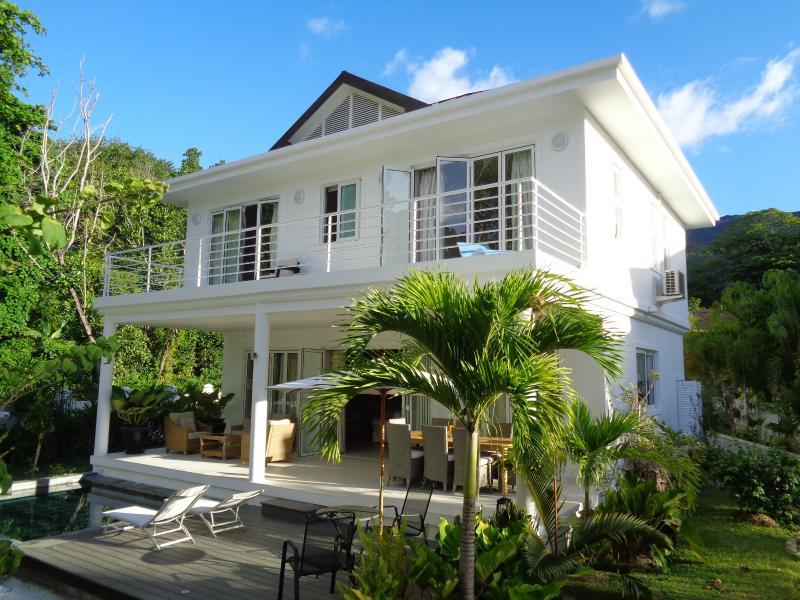 Luxury Villa Blanc beachfront Beau Vallon beach, location de vacances à Île de Mahé