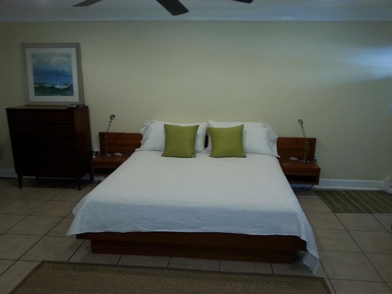 Antikes King-size-Bett mit Memory-Schaum-Matratze und Bettwäsche aus ägyptischer Baumwolle