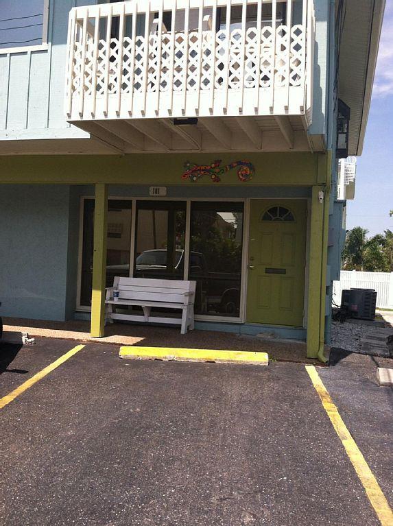 Vor dem Eingang ist nur eine 60 Sekunden vom Strand entfernt. Bequeme Shop/Tankstelle ist auch nebenan.