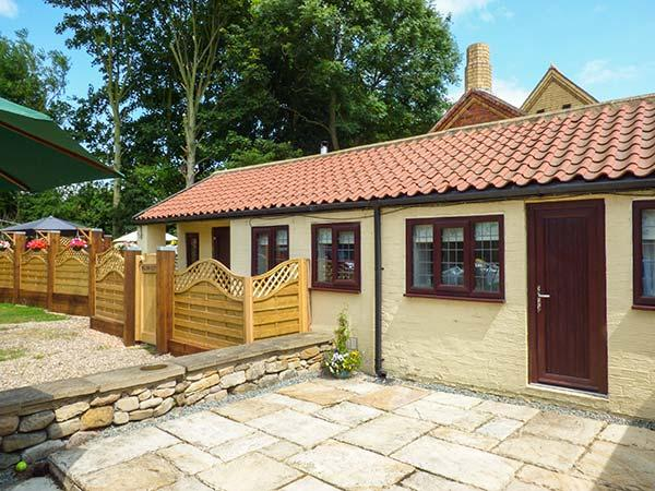 WILLOW COTTAGE all ground floor, romantic retreat, near beach in Skipsea Ref, holiday rental in Barmston