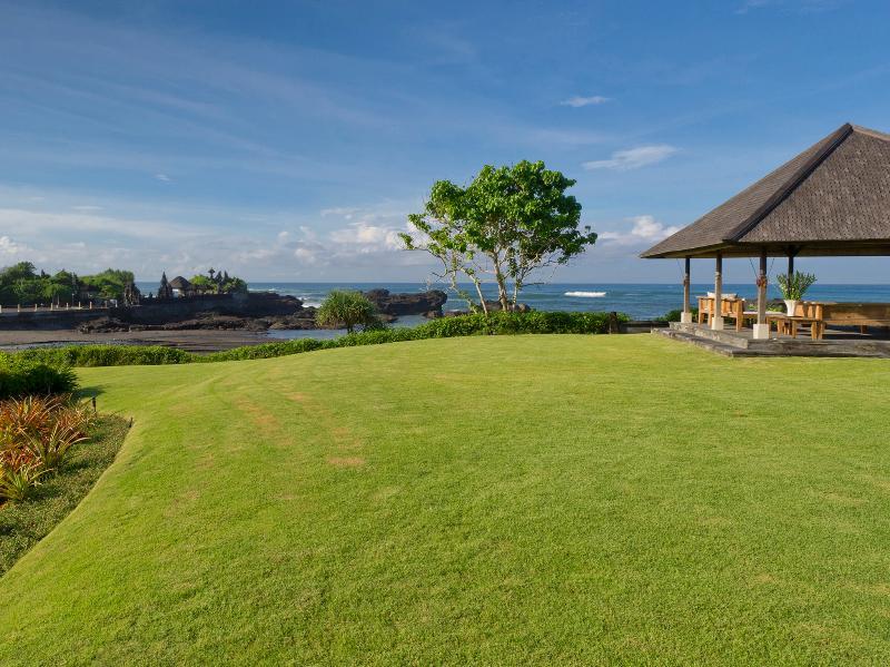 Ombak Laut - Rolling lawns and seaside bale