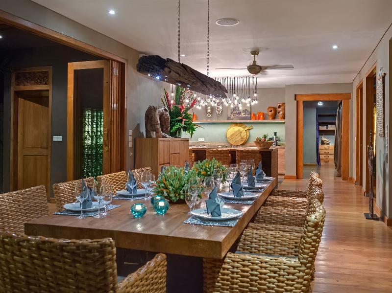 Villa Shambala - Table à manger la nuit