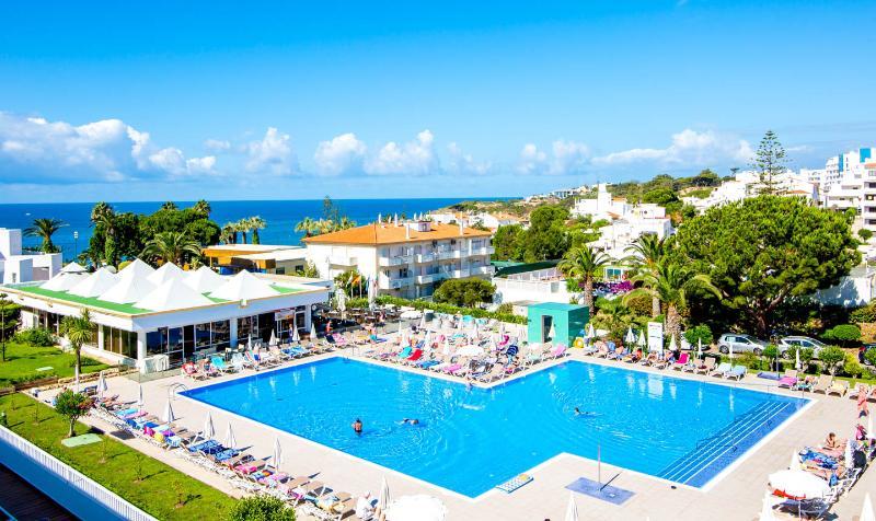CLUBE PRAIA DA OURA APARTMENT, vacation rental in Faro District