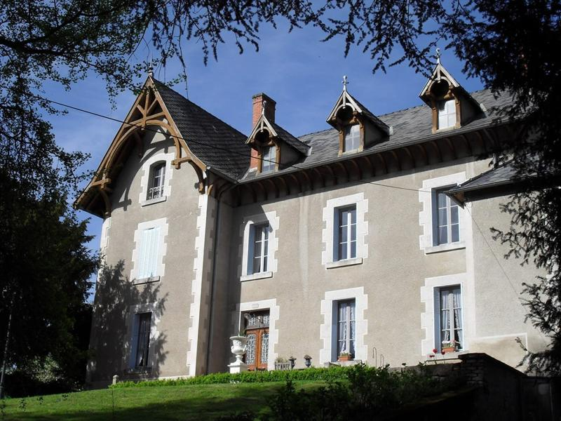 Chateau Arfeuilles with private swimming pool, holiday rental in Saint Bonnet des Quarts