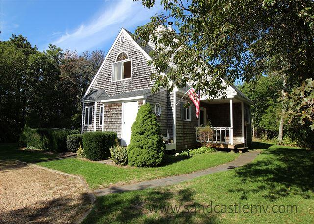 SWEET, CLEAN AND BRIGHT CAPE WITH LOVELY DECK OVERLOOKING GRASSY YARD, holiday rental in Edgartown