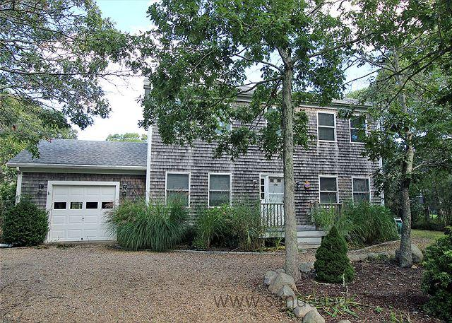 VINEYARD COLONIAL WITH GREAT BACKYARD WHICH INCLUDES A VOLLEYBALL COURT, holiday rental in Edgartown
