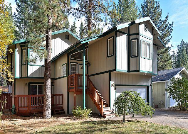 South Tahoe House with Hot Tub & Pool Table | Walk to the Beach!, vacation rental in South Lake Tahoe