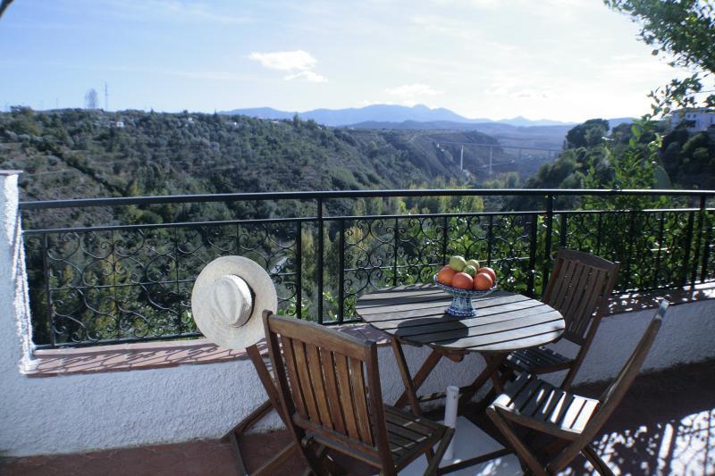Terraza privada con mesa y 4 sillas, las mejores vistas del recinto.