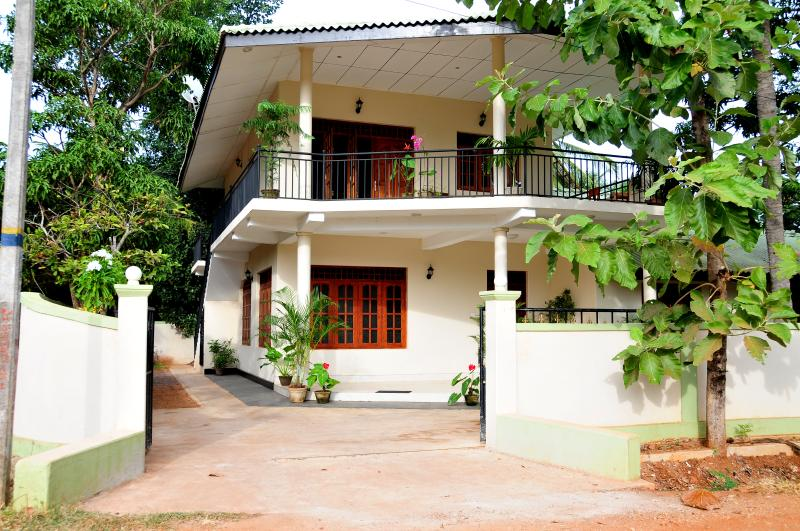 Anuradha - Apartment on Upstairs with 2 Bedrooms, alquiler de vacaciones en Anuradhapura