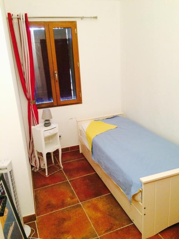 chambre lit simple avec lit attenant que l'on peut tirer