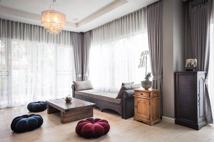 Soggiorno con grigio caldo, e divano può ospitare comodamente.