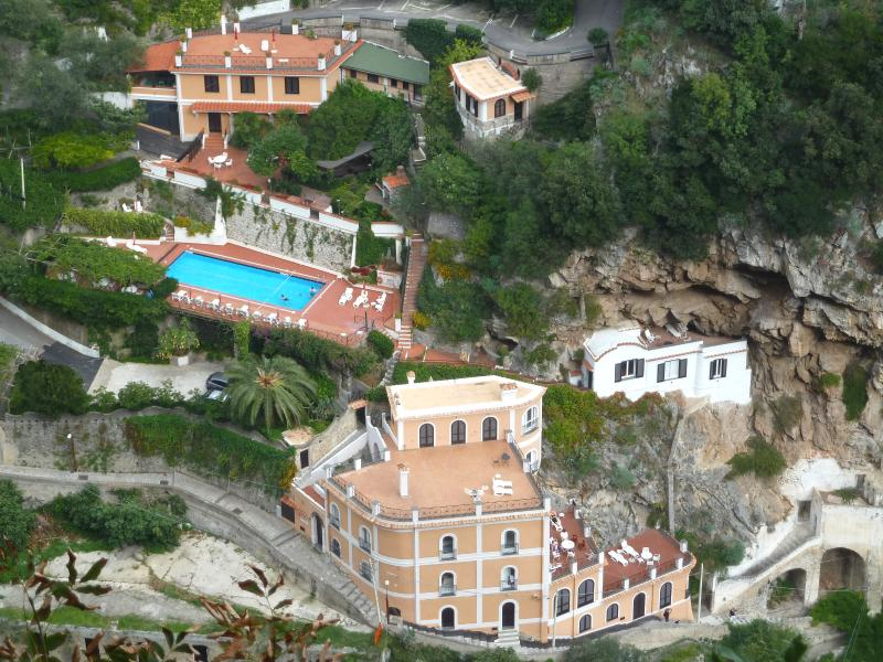 Le Rose 1 with sea view and pool, vacation rental in Ravello