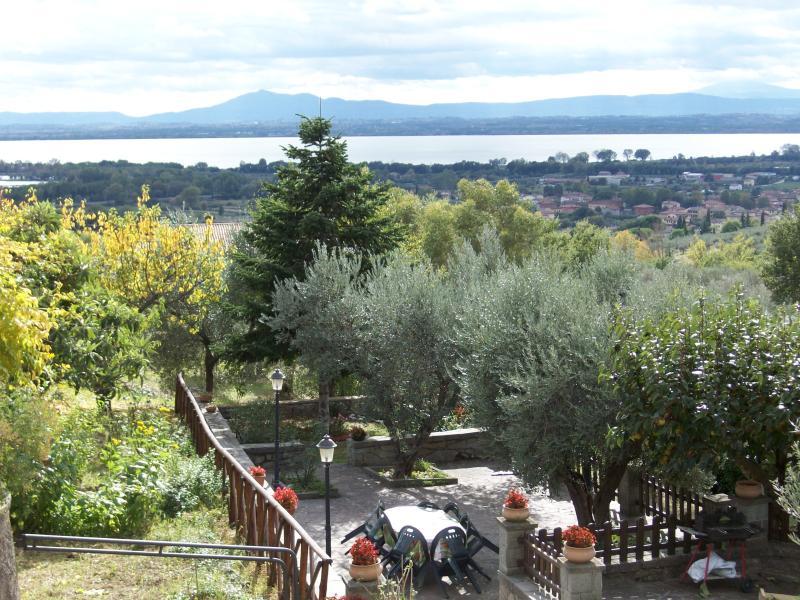 Jardim e grande espaço ao ar livre para comer e relaxar em contato com a natureza e silêncio.