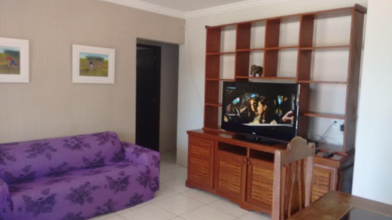 Living room with cable TV. Sala de estar com TV a cabo.