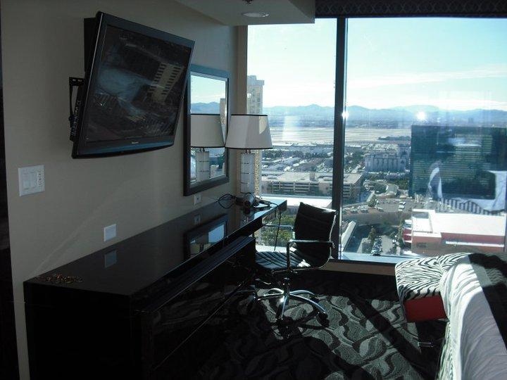 Dormitorio con ventanales.