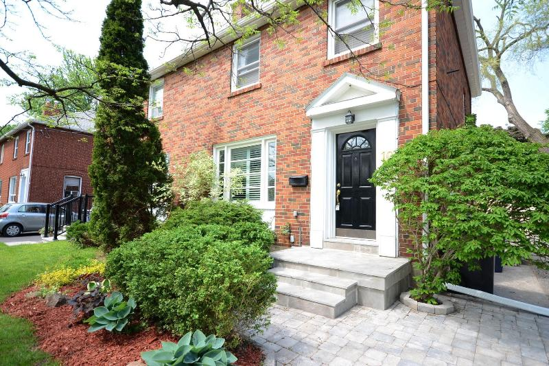 Eglinton And Scarlett Luxury Condo Furnished Has Cable