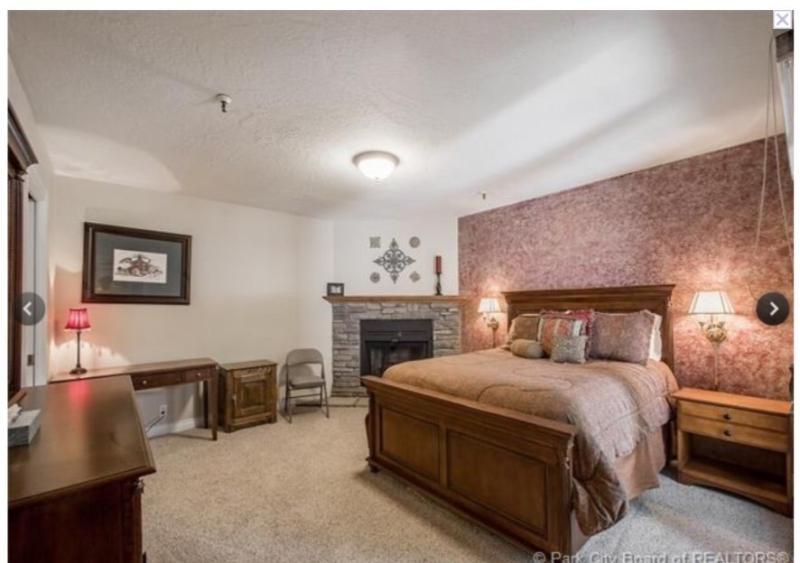 Grote hoofdslaapkamer met eigen badkamer, gezellige open haard & privé balkon