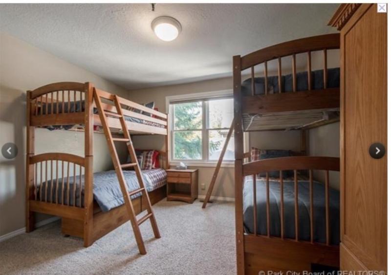 3e slaapkamer heeft 2 Twin stapelbedden, een entertainment TV-meubel met TV & Game Console, en grote kast