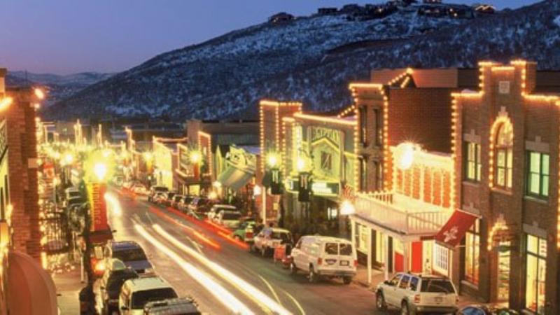 Het nachtleven en activiteit op Main Street op steenworp afstand van onze condo!