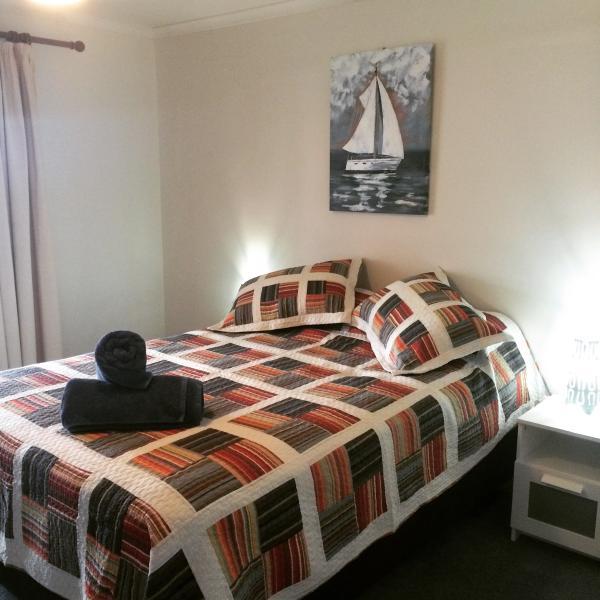 Blue House Holiday Lake House, Meningie SA, holiday rental in Meningie