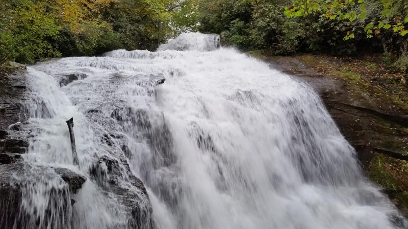 Foto scattata dopo forti piogge.  Questa cascata nascosta è 1,5 miglia dalla casa.
