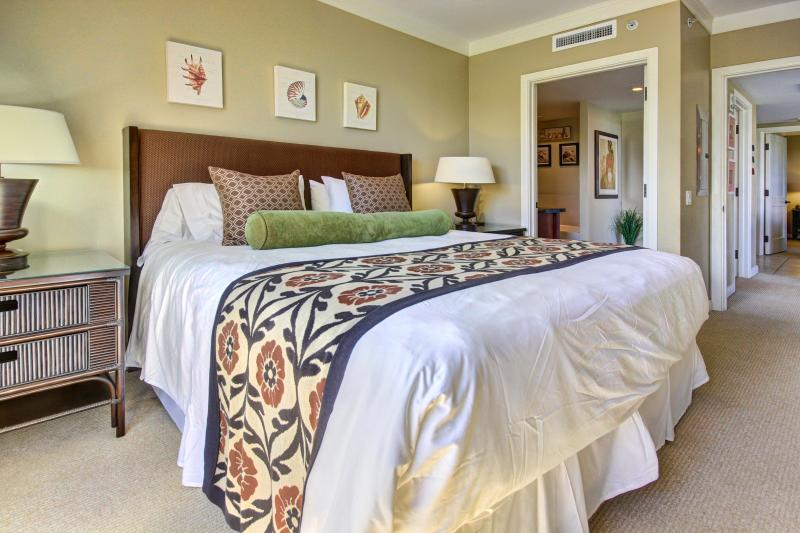 2nd master bedroom suite -- this King bed can also be split into two twins upon request