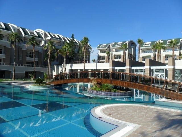 A piscina principal estilo tropical soberba