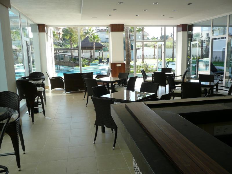A área pública do salão e bar