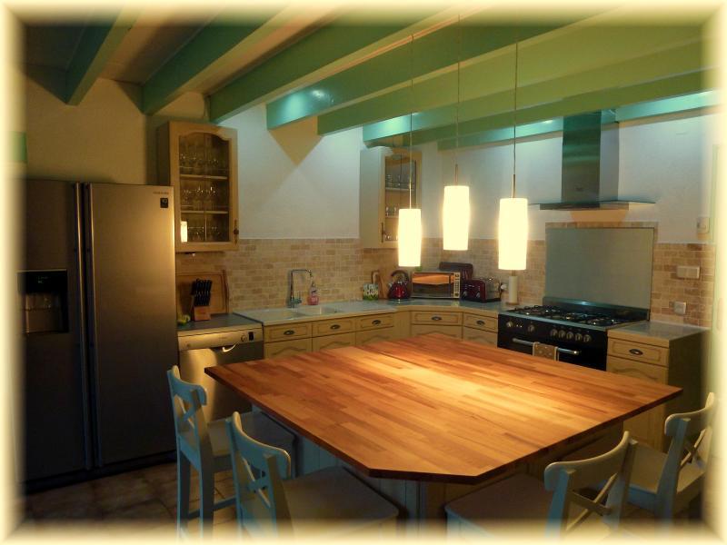 Lovely 7mx5m kitchen. Fridge/Freezer (ice/water disp), Range, Bosch DW, lovely Island, great space.