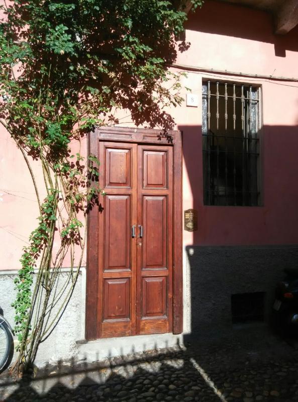 A casa tem vista para a rua principal da cidade, esta é a porta de acesso na parte de trás