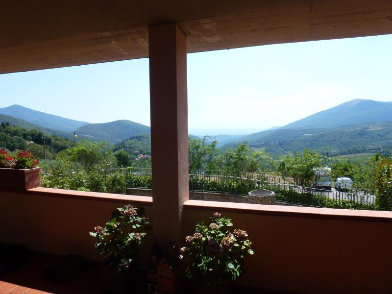 Casa collinare con vista mozzafiato in Toscana, alquiler de vacaciones en Vaiano