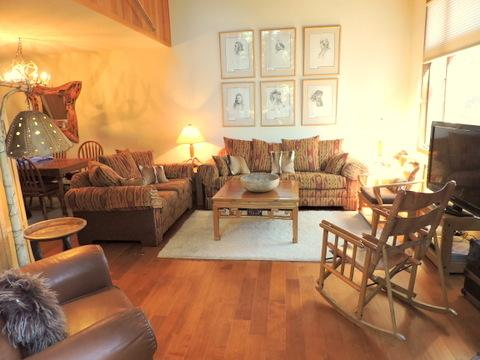Woody Sunny Townhouse on Golf Course 2bd/huge loft  10% Discount for Sept/Oct, alquiler de vacaciones en Lagos Mammoth