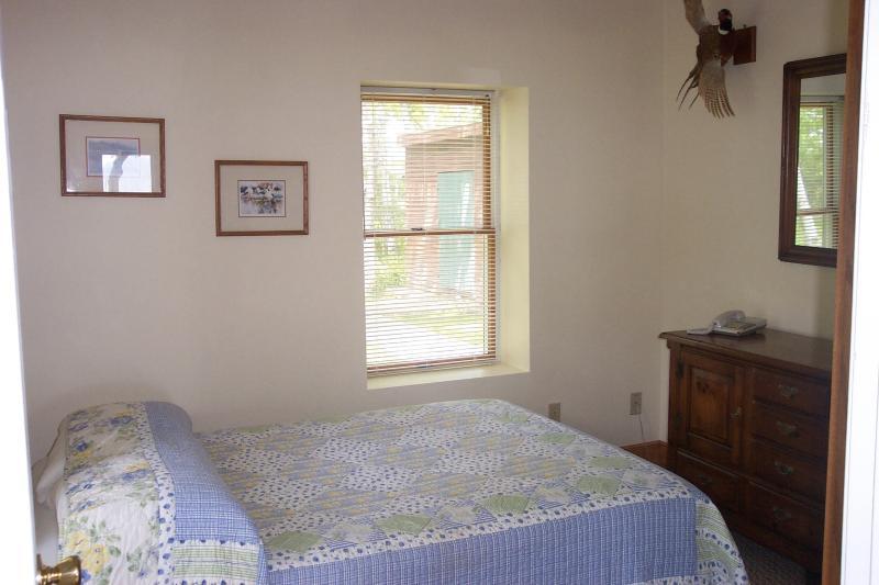 Slaapkamer op de eerste verdieping met een queen bed.